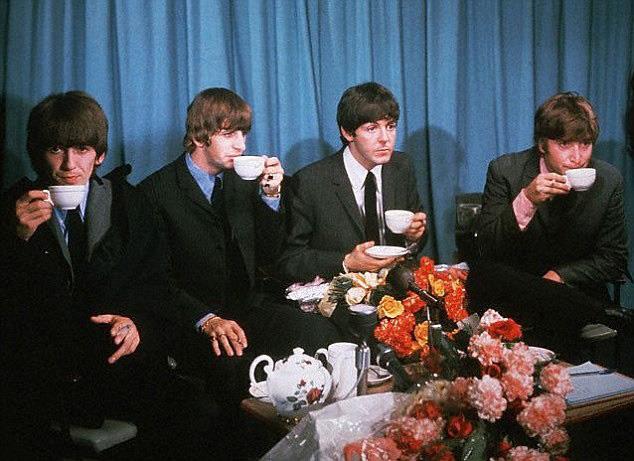 Джон Леннон, Пол Маккартни, Джордж Харрисон и Ринго Старр — Битлз пьют цейлонский чай, 1965 год, Великобритания