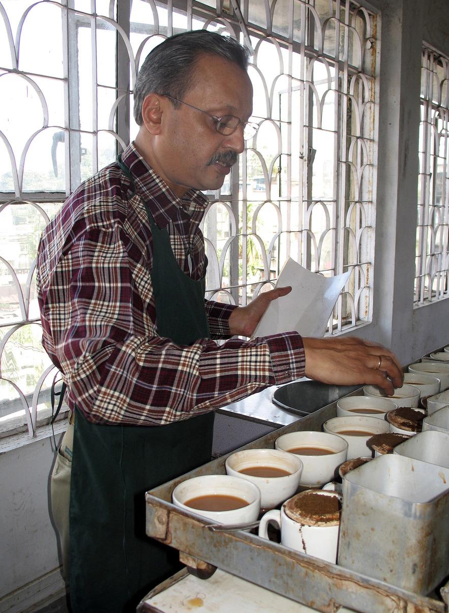 Дегустатор Амир Гоял в офисе чайного брокера. Гувахати.