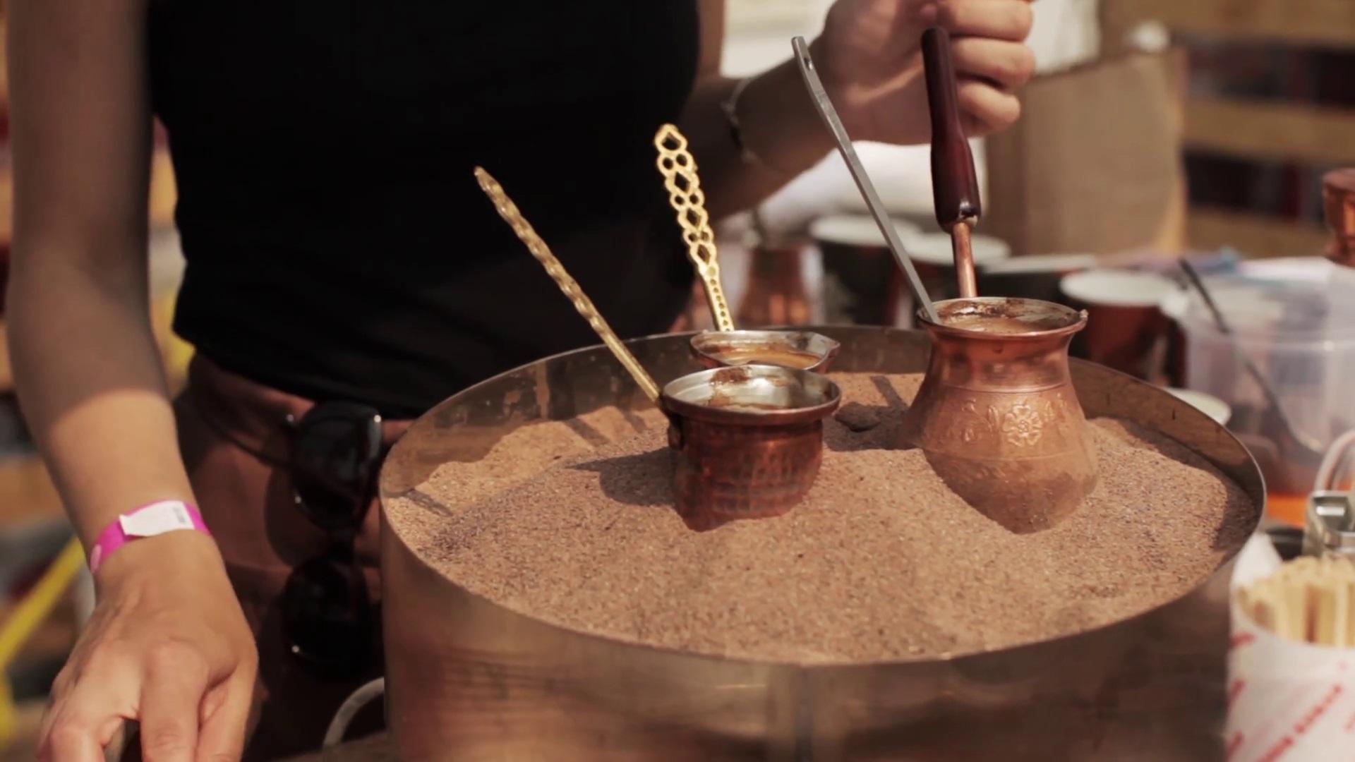 Кофе по-турецки в джезве на печи с песком